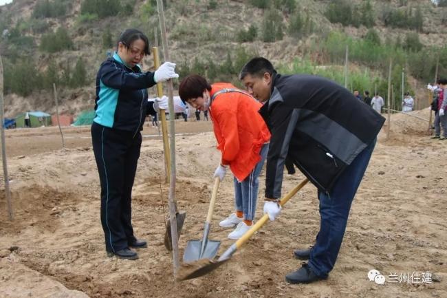 市住建局积极组织开展义务植树活动